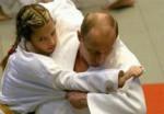 Владимир-Путин-учит-девушку-дзюдо-150x104