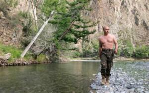 Путин-стоит-с-голой-грудью-300x187