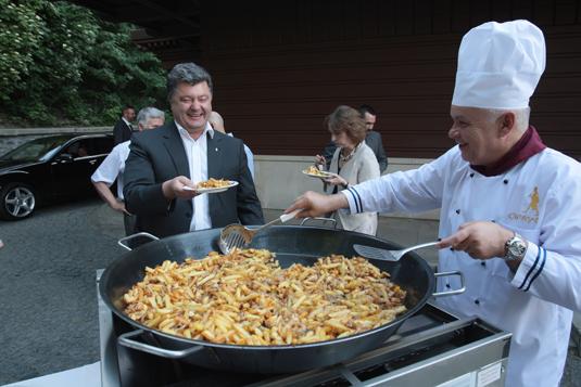 Як Кисельов Порошенка і Бузину смаженою картоплею годував