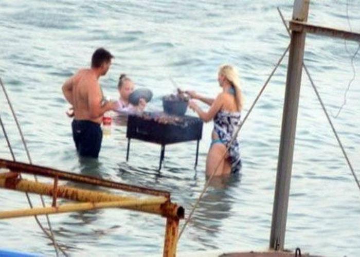 Веселые ребята жарят шашлык прямо в реке