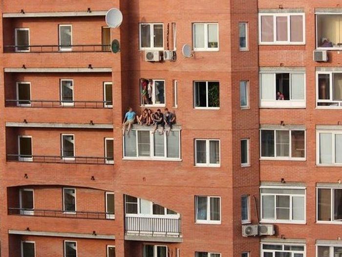 Ребята просто встретились на окне, посидеть, попить пиво