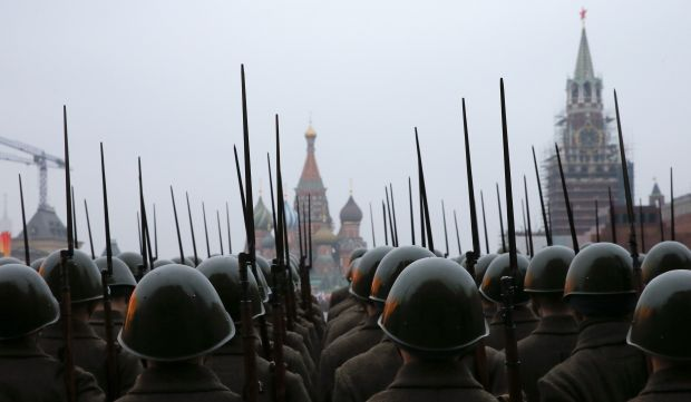 Russian servicemen dressed in historical uniforms take part in a rehearsal for a military parade at the Red Square in Moscow November 5, 2014. The parade will be held on November 7 to mark the anniversary of a historical parade in 1941, when Soviet soldiers marched through the Red Square towards the front lines of World War Two. REUTERS/Maxim Shemetov (RUSSIA - Tags: MILITARY ANNIVERSARY TPX IMAGES OF THE DAY)