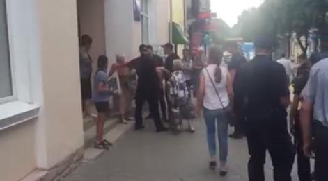 Полиция скрутила руки бабушке